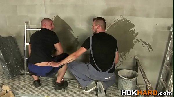 Gespierde homo wordt in zijn kontje geboord